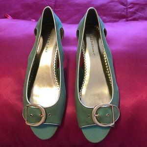 Prediction shoes. Green. Beautiful details. Size 8